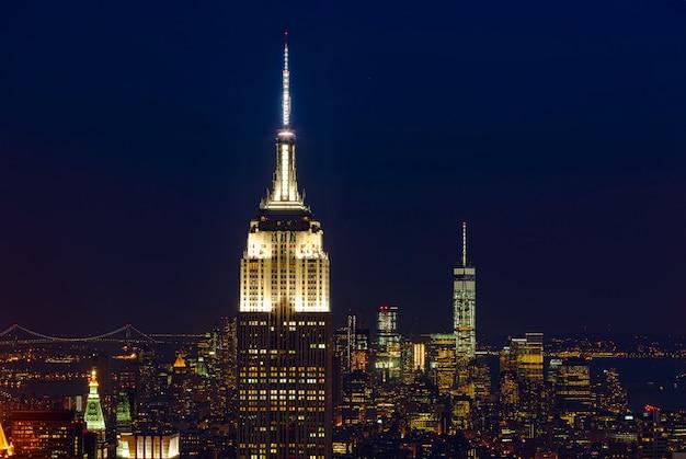 Эмпайр стейт билдинг и городской пейзаж манхэттена ночью