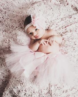 ピンクのバレリーナのチュチュを着ている生まれたばかりの赤ちゃん女の子