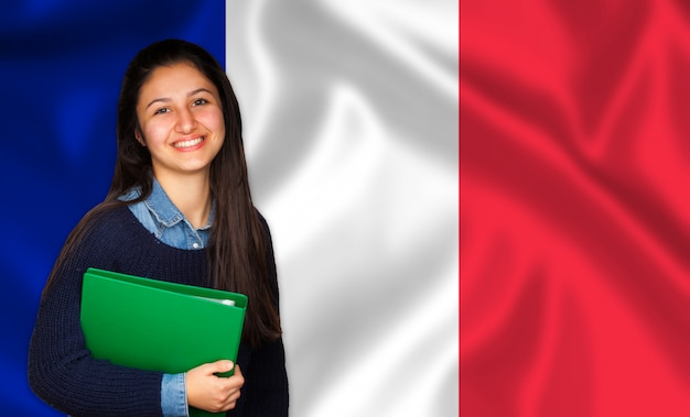 Подросток студент улыбается над французским флагом