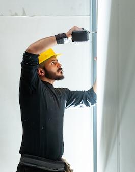 労働者は石膏ボードの壁を構築します