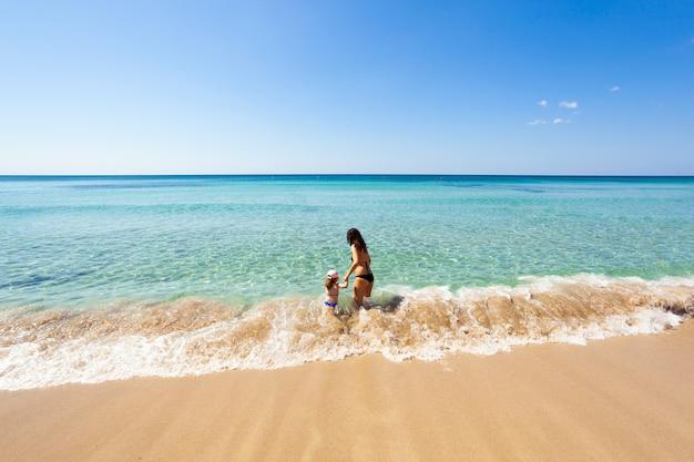 Красивое море с бирюзовой водой и золотым пляжем в саленто.