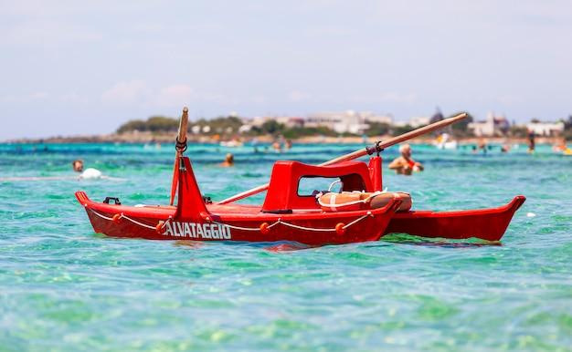 海でイタリアの救命ボートのビュー。