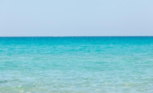 Красивое море с бирюзовой водой и золотой пляж в галлиполи, саленто.