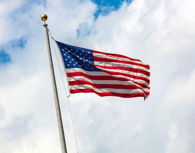 雲と青い空にアメリカ国旗