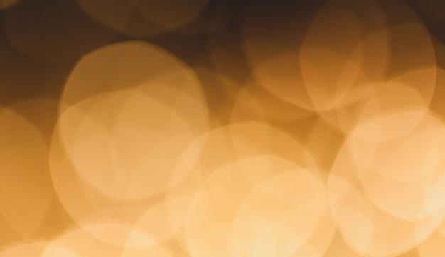 Размытый фон из разноцветных желтых огней.