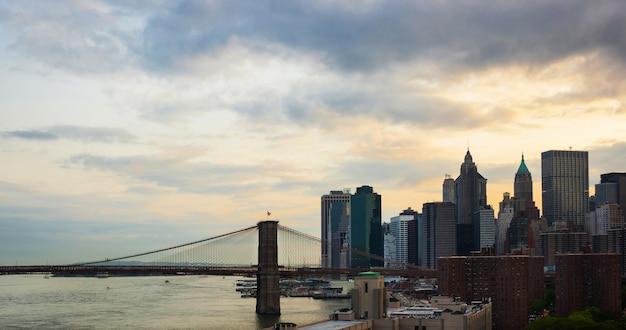 Горизонт манхэттена сфотографированный мостом манхэттена.