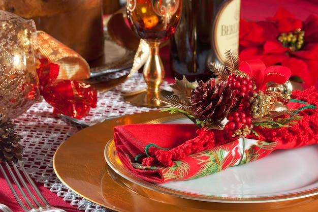 装飾クリスマスディナーテーブルの設定