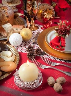 暖炉の近くのクリスマステーブル