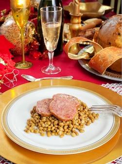 クリスマステーブルの上のレンズ豆と豚トロッターのスライス