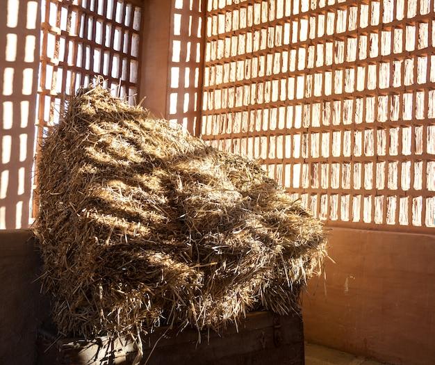 外からの太陽とわらと干し草の納屋