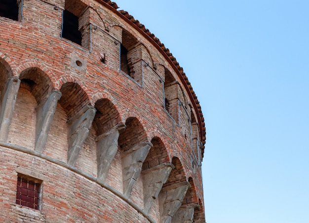 イタリア、ボローニャ近くのドッツァイモレーゼの中世の要塞。