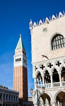 Колокольня колокольни и деталь архитектуры дворца дожей