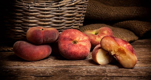 素朴な木製のテーブルの上のドーナツ桃。