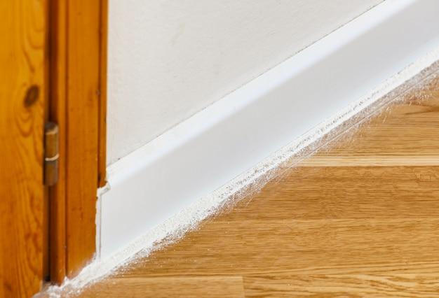 寄木細工の床に昆虫の粉