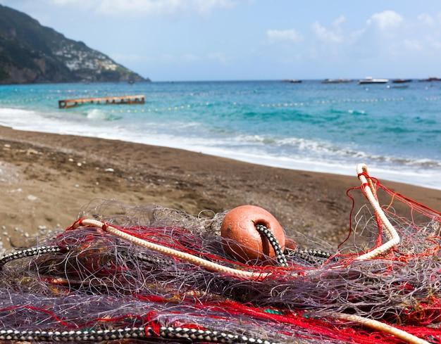 ポジターノのビーチで漁網
