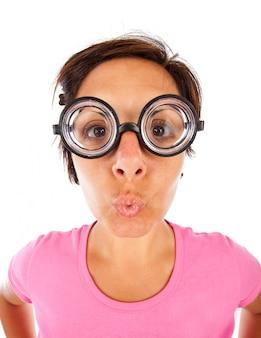厚いメガネを持つ女性