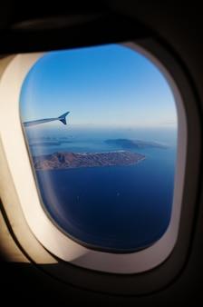 Вид с воздуха на остров санторини, как видно из окна самолета