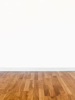 Пустая комната со стеной и деревянным полом