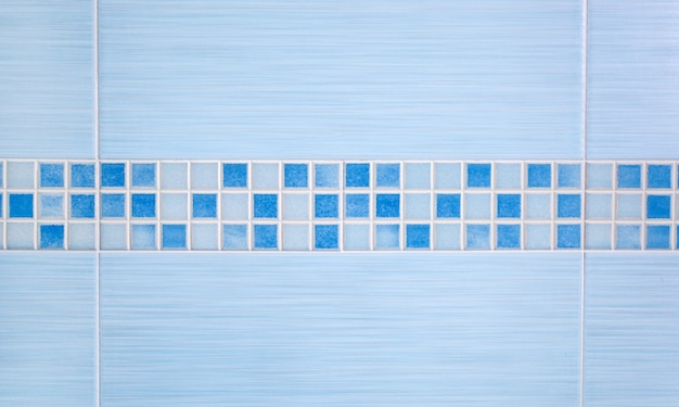 Синие плитки с рядной мозаикой