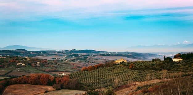 トスカーナの丘の田園風景