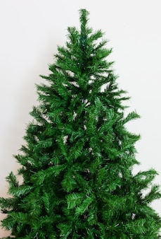 裸の人工的なクリスマスツリー