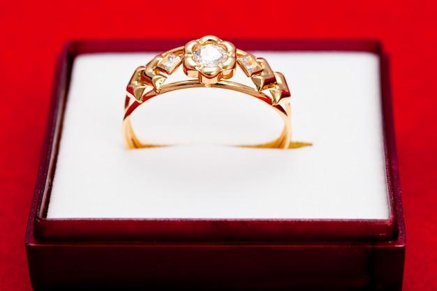Золотое кольцо с инкрустированным белым цирконием