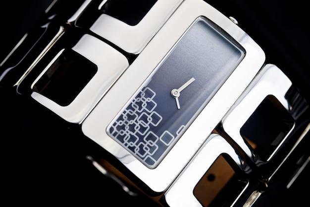 ブレスレットの腕時計