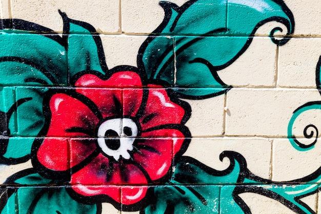 壁に花の頭蓋骨の落書き
