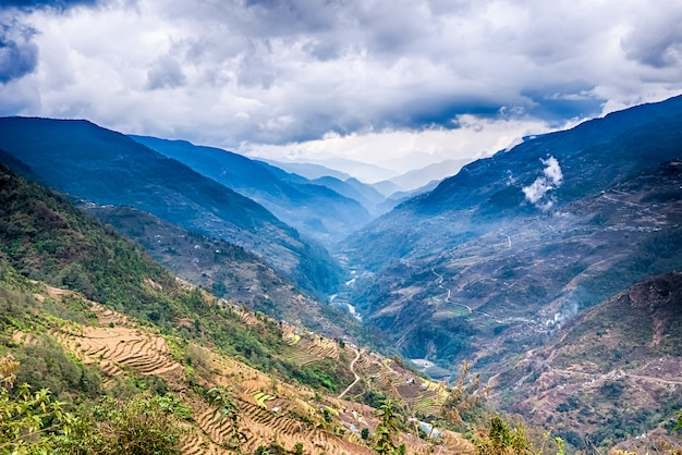 ヒマラヤ山脈の山々を一望できます。ネパールのアンナプルナトレッキング周辺。