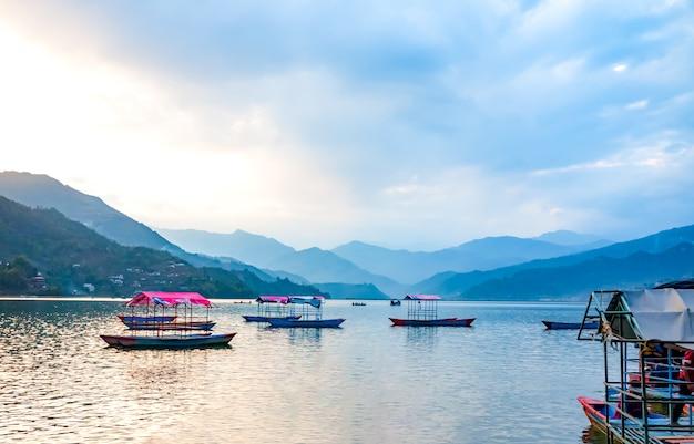 ネパール、ペワ湖と自然の背景
