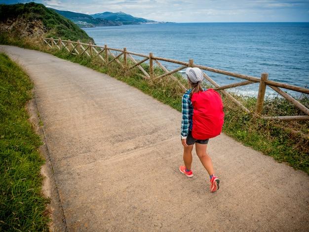 孤独な巡礼者、スペインのカミノデサンティアゴ、セントジェームスの道を歩くバックパック