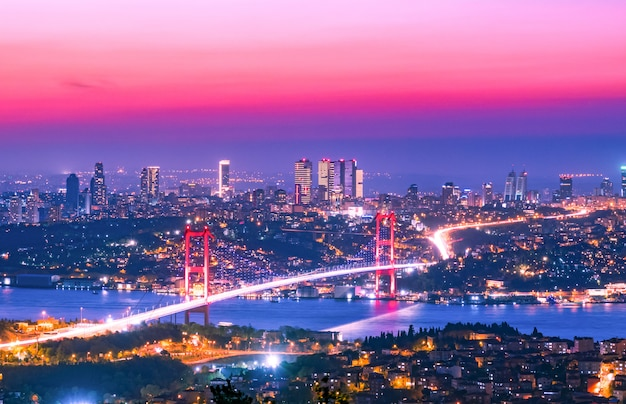 日没、イスタンブール、トルコのボスポラス橋