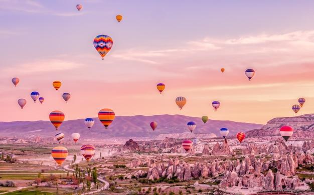 カッパドキアトルコのカラフルな熱気球