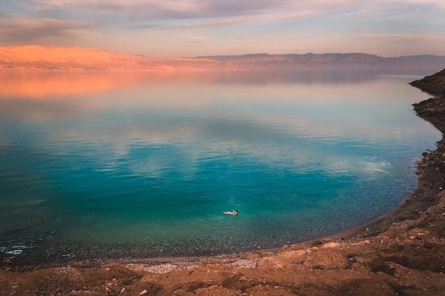 死海の夕日に浮かぶ