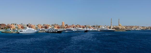 東ドックの青い海と大きな豪華ヨットパノラマ
