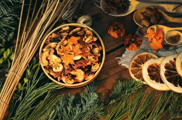 乾燥オレンジ、アニス、シナモンとクリスマスツリーの枝。