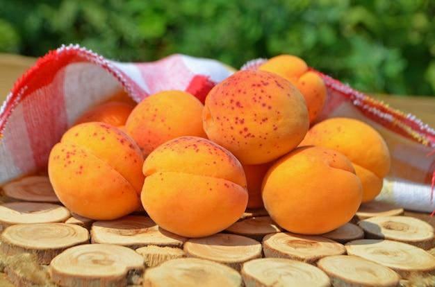 Свежие абрикосы на столе