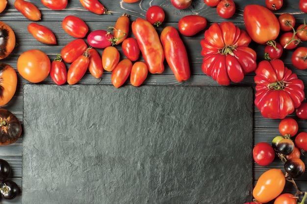 さまざまな種類のトマトがミックスされます。さまざまなサイズのカラフルなトマト