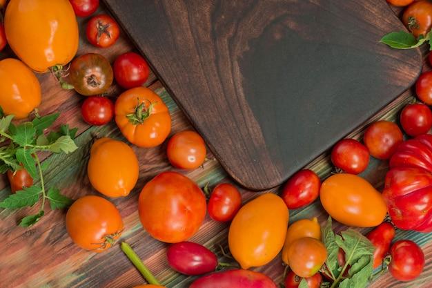 別の種類のトマトのクローズアップの盛り合わせ。赤と黄色のトマト