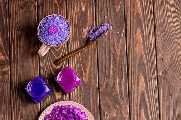 美しいスパの組成物。テーブルの上に設定されたバスルームまたはスパ。天然海塩を使用したフラットレイ構成