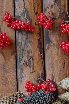 ガマズミ属の木とスプルースコーンの木のテーブル