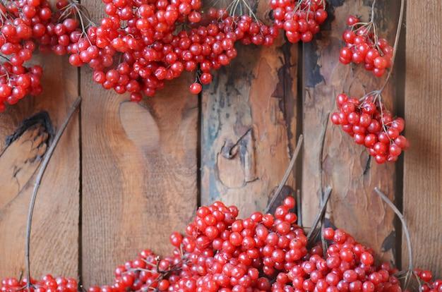 木製のテーブルにガマズミ属の木の枝