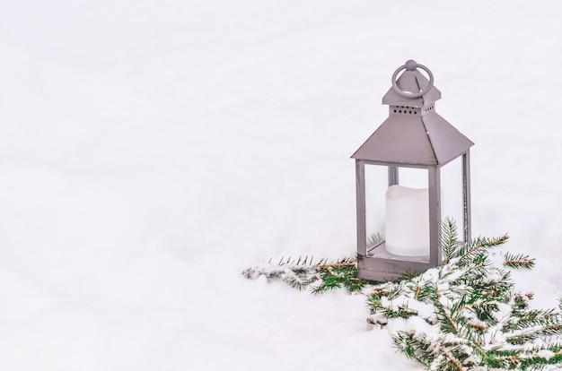 雪の中でランタン。クリスマスのランタン