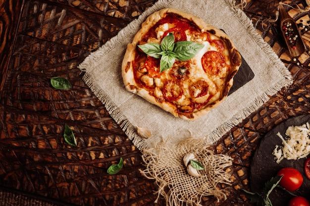 サラミとチーズの自家製ペパロニピザ。レトロなスタイルのトーン