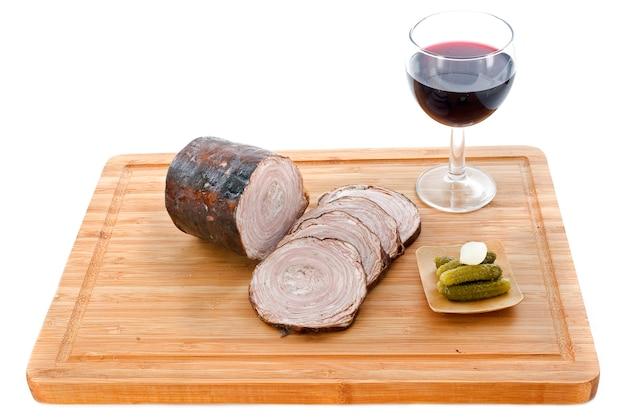 アンドイユソーセージとまな板の上の赤ワイン