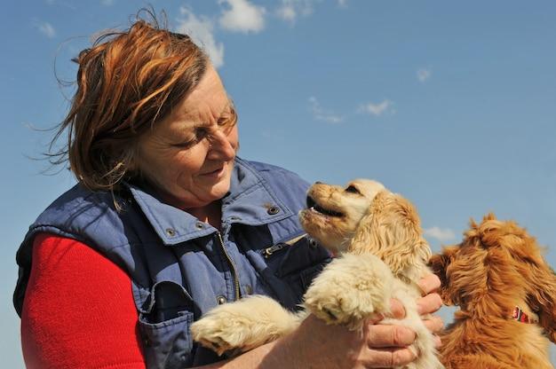 シニア女性と犬