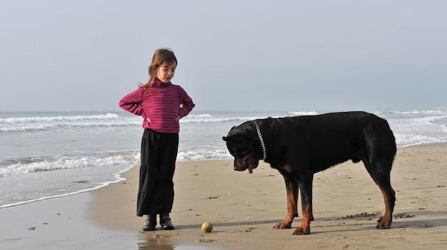 Ребенок и собака на пляже