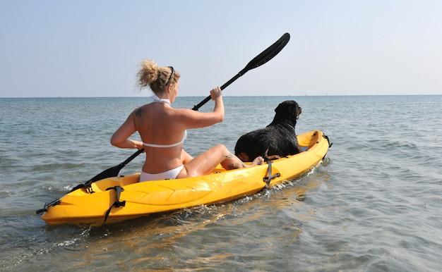 Женщина и собака на каяке