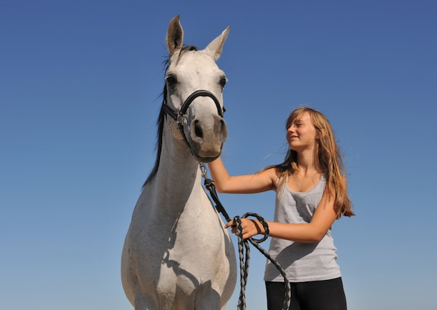 Подросток и арабская лошадь