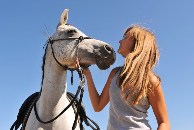 子供と若い馬